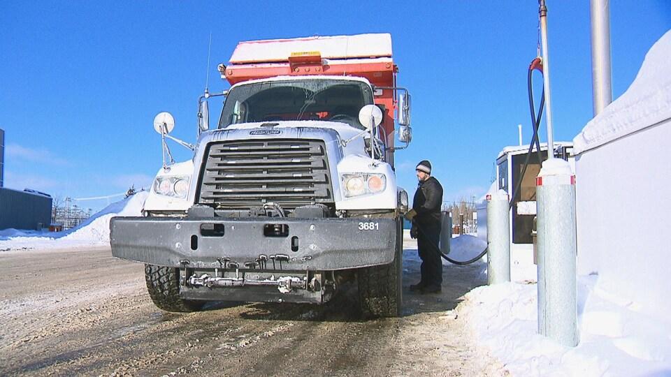 Un employé de la ville de Rimouski fait le plein de diesel au réservoir situé sur les terrains de l'édifice des travaux publics.