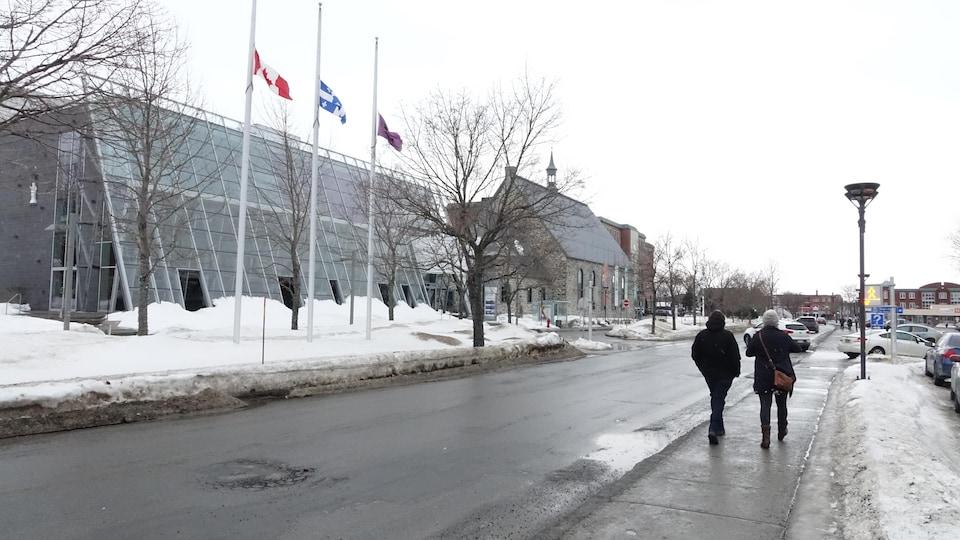 Des drapeaux sont en berne au centre-ville de Rimouski, le 11 mars 2021.