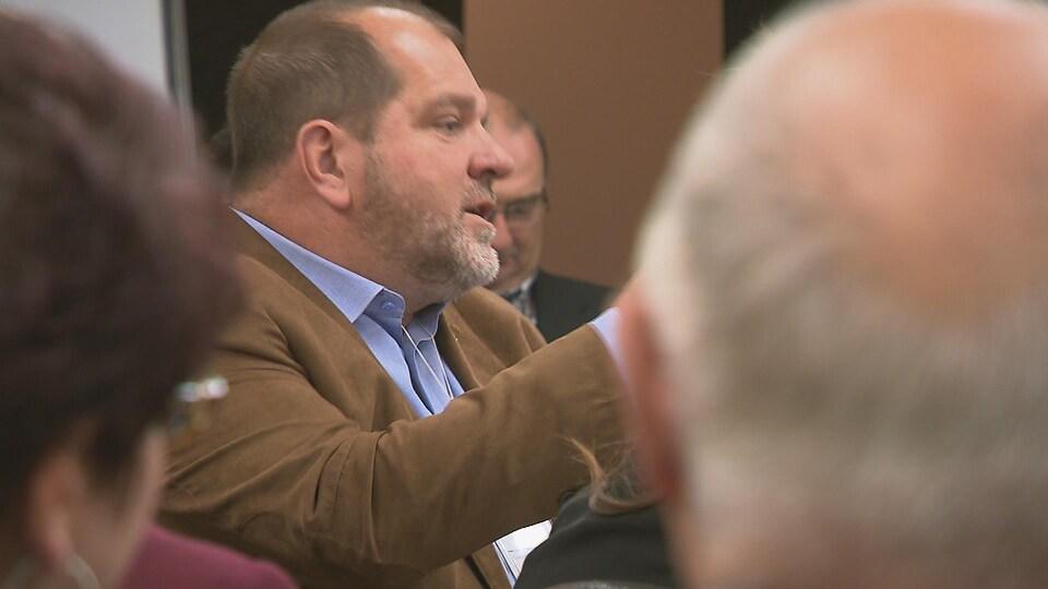 Le candidat du Parti québécois dans Rimouski Harold LeBel lors d'une conférence sur la pénurie de main d'oeuvre