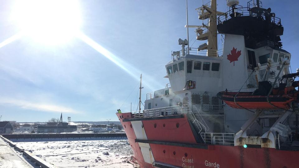 Brise-glace de la Garde côtière au quai de Rimouski