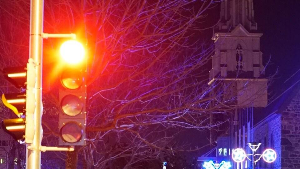 Feu rouge au centre-ville de Rimouski.