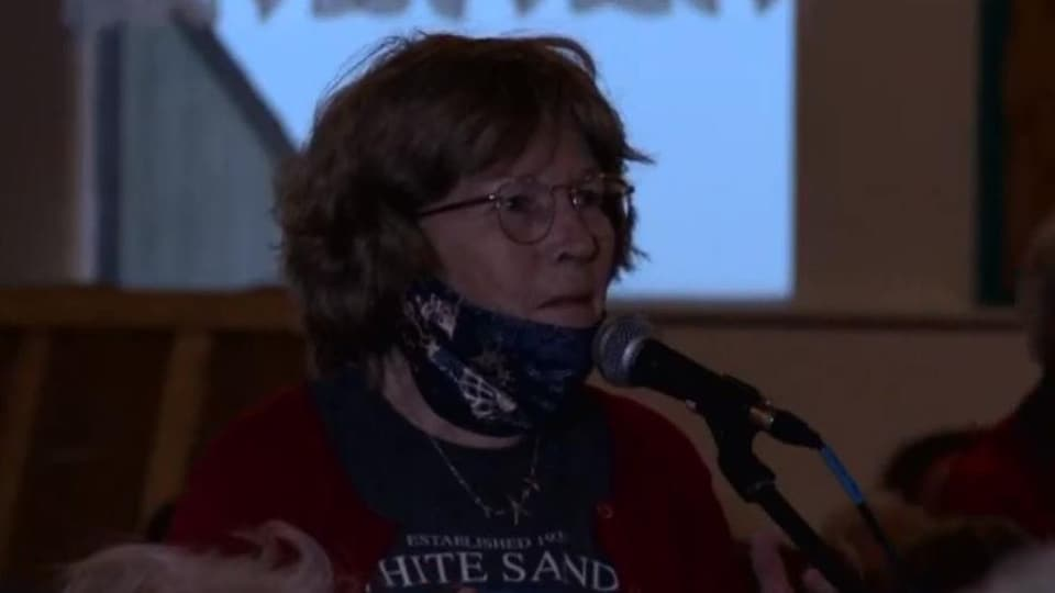 Rita Castonguay prend la parole au micro.