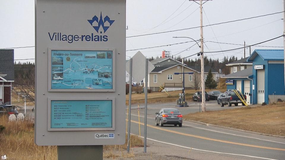 Une affiche indiquant Village-relais