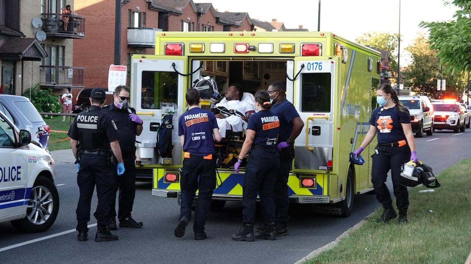 Un homme est transporté dans une ambulance.