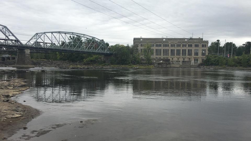 Un pont surblombe une rivière.