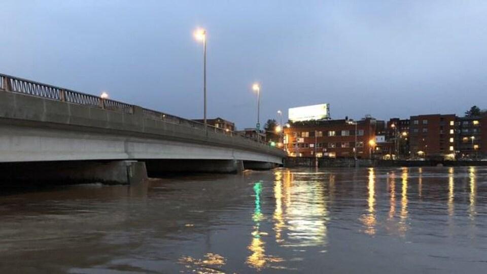 La rivière Saint-François, sous le pont Aylmer, à Sherbrooke.