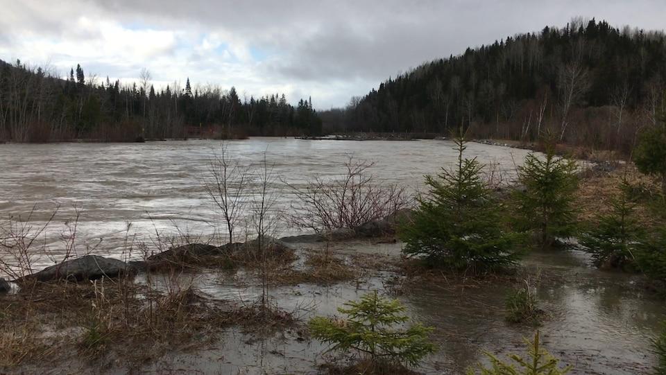 La rivière Sainte-Anne gonflée par la crue des eaux