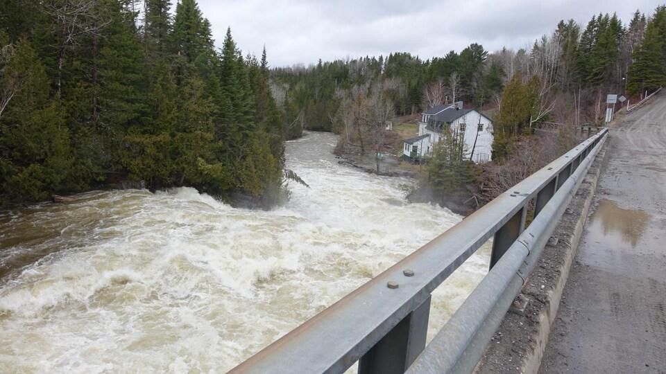 Le débit de la rivière Trois-Pistoles est très rapide dans le secteur Saint-Médard
