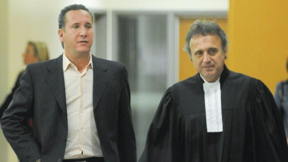 Leonardo Rizzuto porte la veste et Loris Cavaliere porte la toge.
