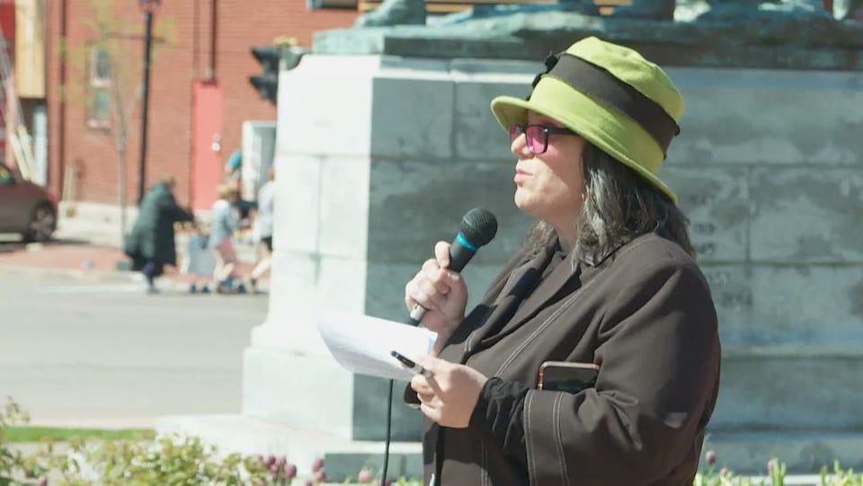 Sarah Roach-Lewis parle aux manifestants