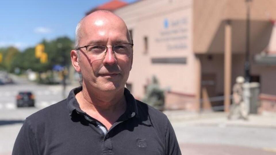 Un homme devant un centre communautaire d'Ottawa.