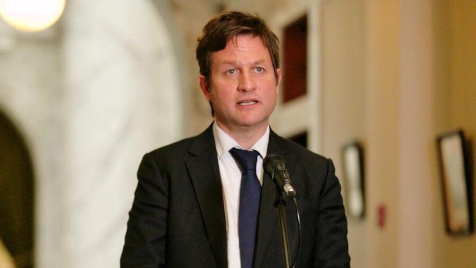 Rob Fleming parle aux médias devant la bibliothèque de l'Assemblée législative de la Colombie-Britannique.