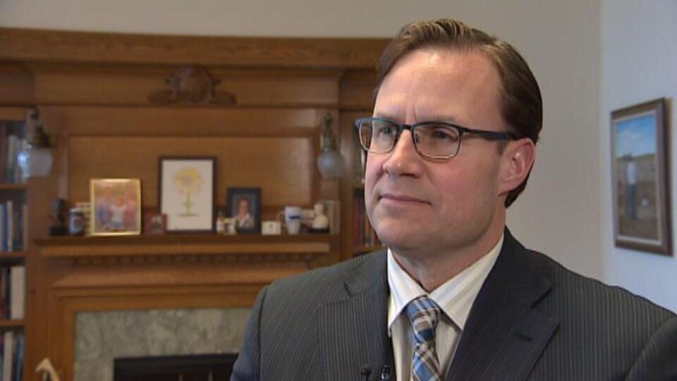 Rob Norris, lors d'une entrevue, qui répond aux questions du journaliste.