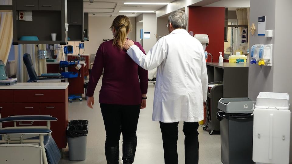 L'hémato-oncologue Robert Delage avec une patiente