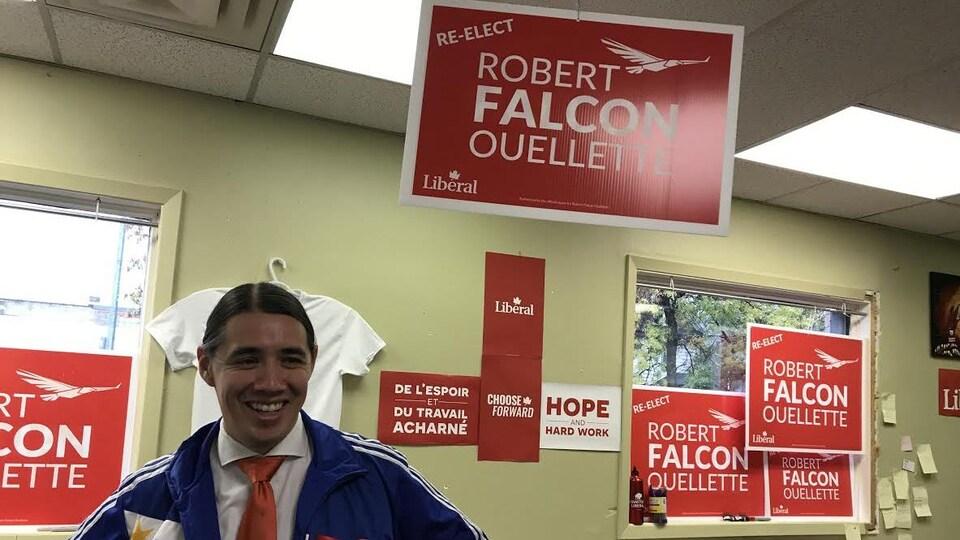 Un candidat souriant.