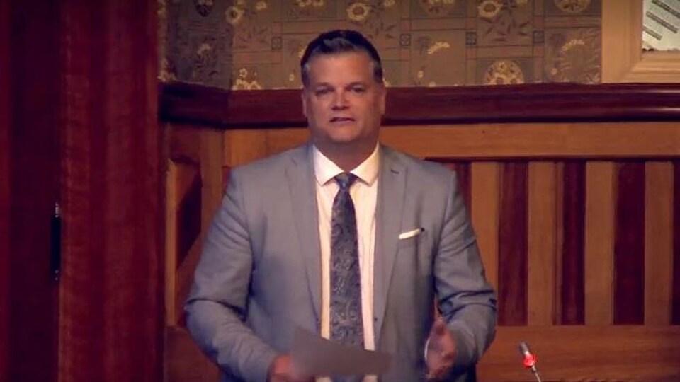 Le député de Shippagan-Lamèque-Miscou, Robert Gauvin, à l'Assemblée législative en juin.