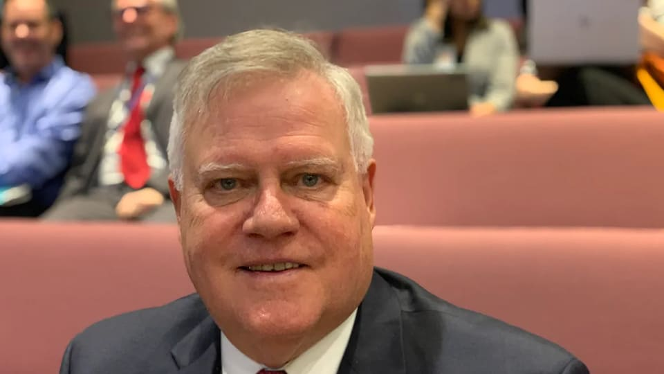 Robert Marleau pose pour la caméra dans la salle du conseil municipal d'Ottawa.