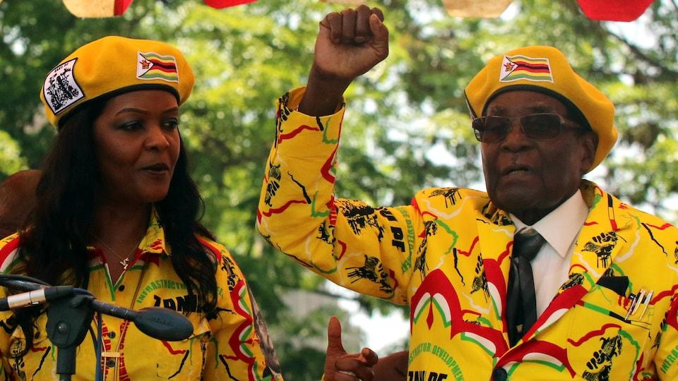 Le président du Zimbabwe Robert Mugabe et son épouse Grace Mugabe