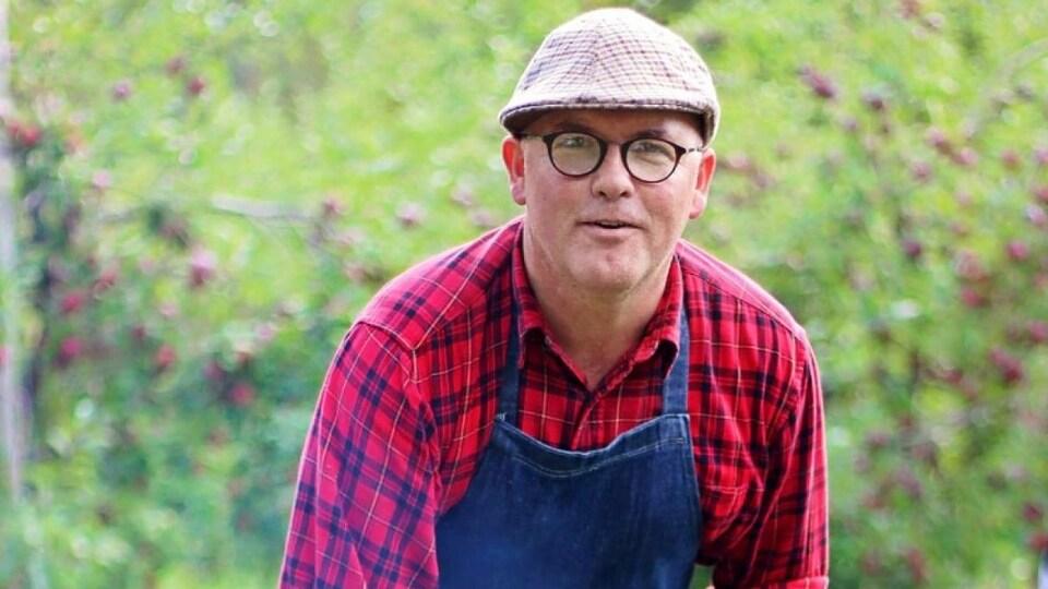 Robert Pendergast qui cuisine en plein air.