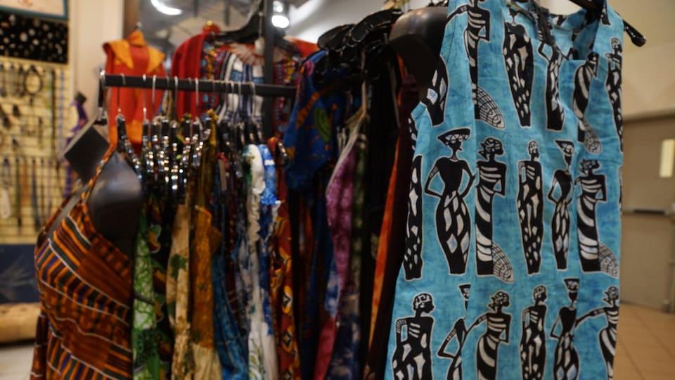 Des vêtements de toutes les couleurs et de tous les motifs sur cintres.