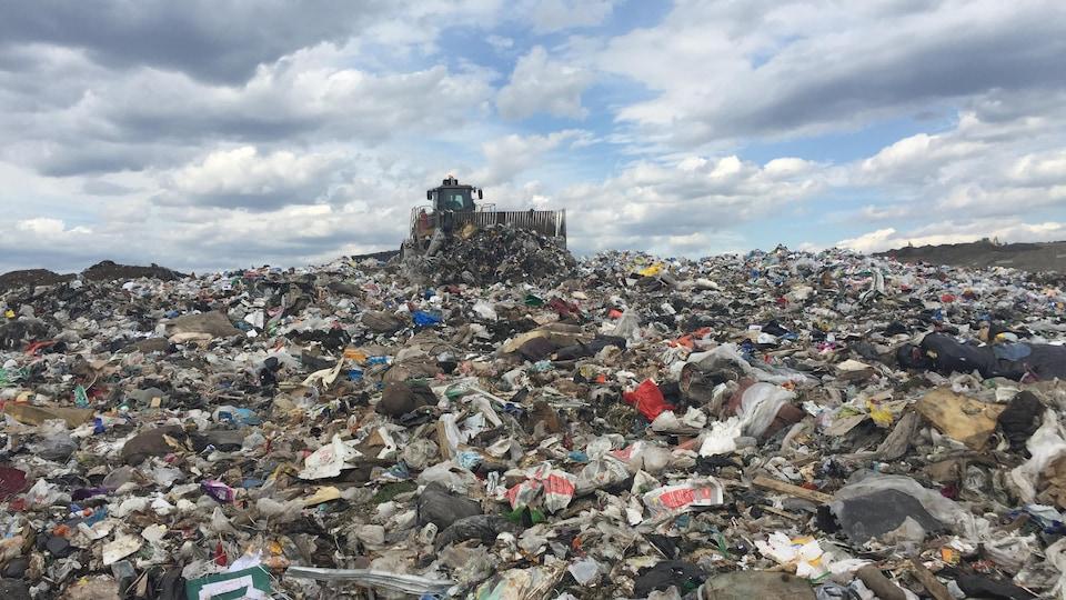 Des camions enfouissent les déchets sur le site d'enfouissement à Lachenaie.