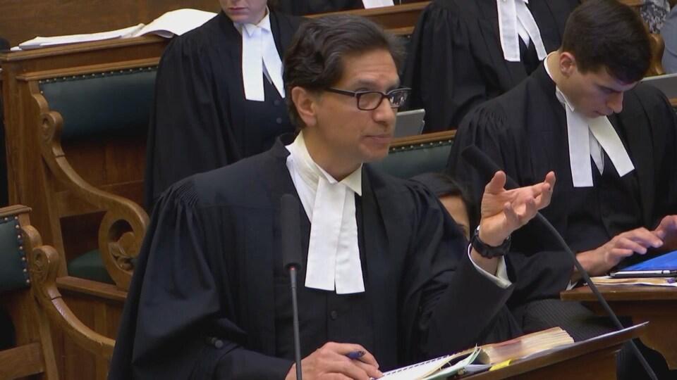 Un avocat plaide en cour