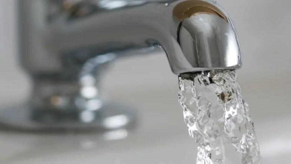 De l'eau s'écoule d'un robinet.