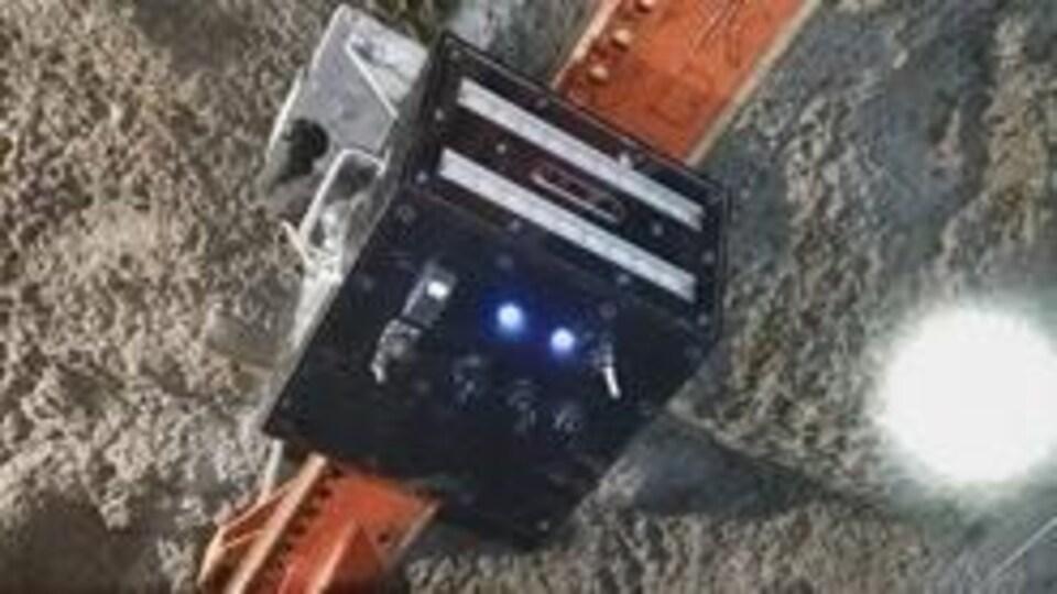 Un robot sur des rails dans une mine souterraine
