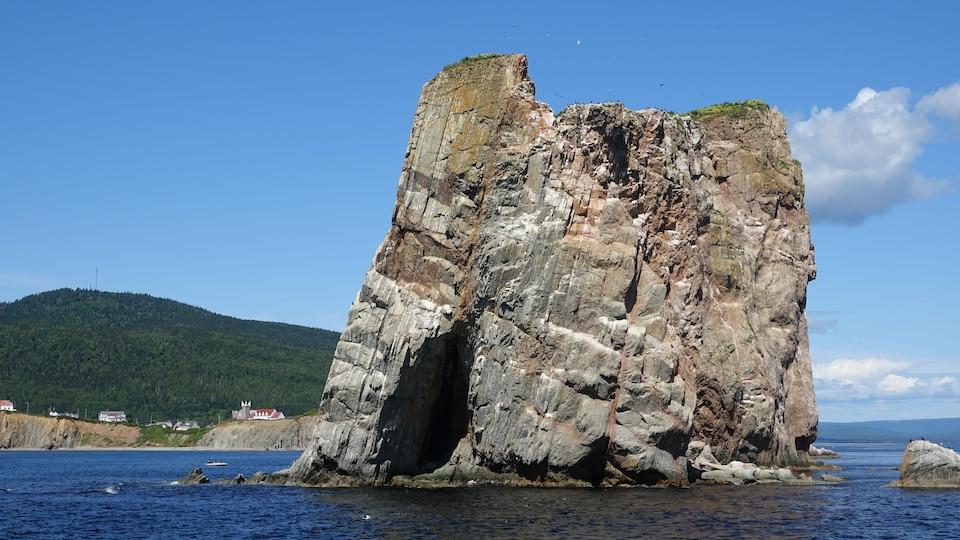 Des strates rocheuses sont placées à la verticale au bout du rocher.