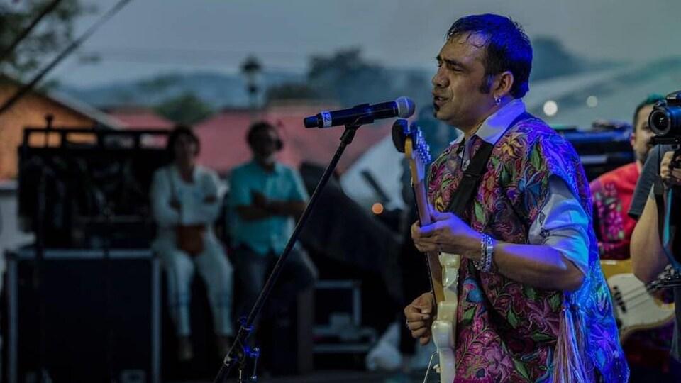 Damian Martinez lors d'un concert.