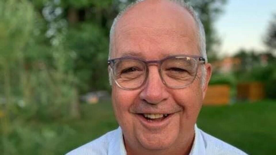 Roger Grondin sourit à la caméra.