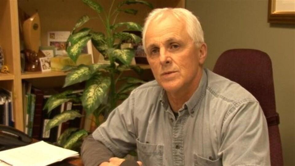 Le maire de Hearst, Roger Sigouin assis à son bureau