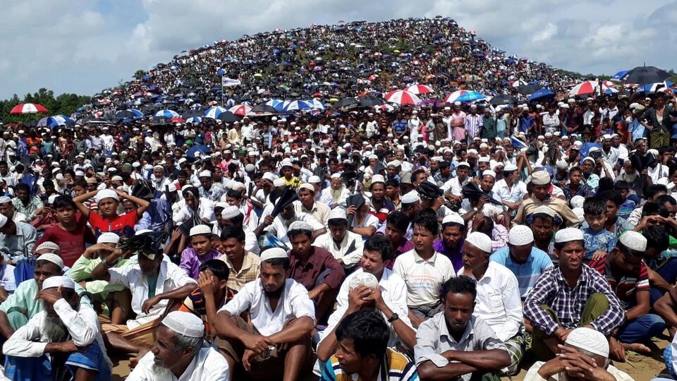 Des réfugiés rohingyas se rassemblent pour marquer le deuxième anniversaire de l'exode au camp de Kutupalong à Coxs Bazar.