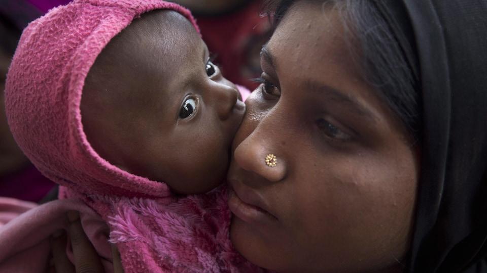 Une réfugiée rohingya et son enfant dans un camp au Bangladesh