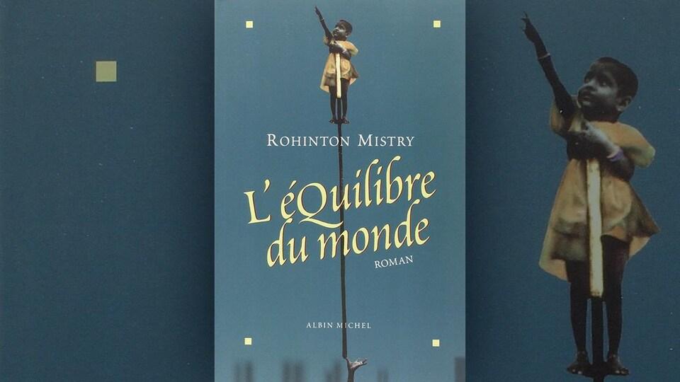 La couverture du livre <i>L'équilibre du monde</i> de Rohinton Mistry représente un jeune enfant en équilibre sur une perche qui pointe le ciel.