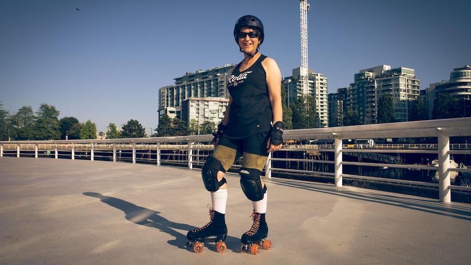 Nicola Linton en patins à roulettes.