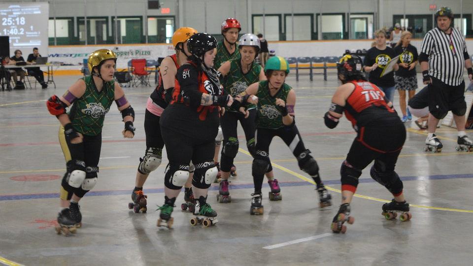 Des joueuses de roller derby en patins à roulettes