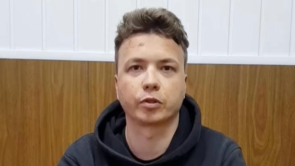 Roman Protassevitch assis derrière une table, en détention.