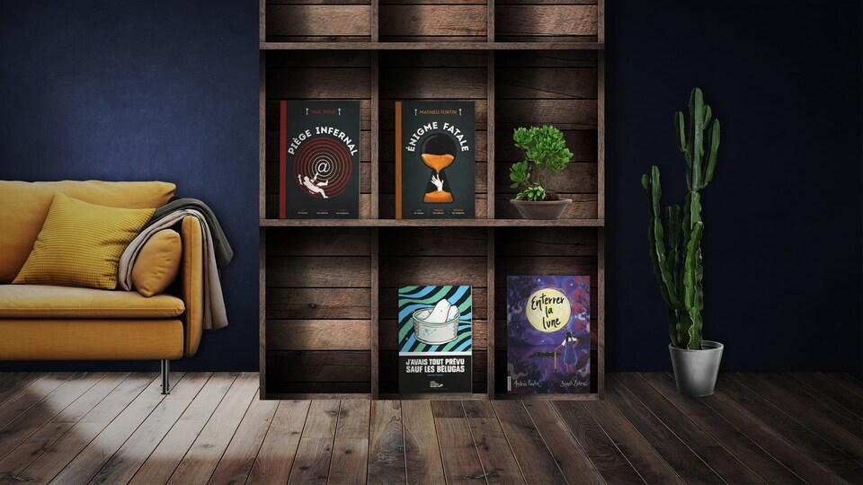 Les quatre romans sont placés dans une bibliothèque en bois, dans un décor de salon incluant un cactus en pot, à droite, et un sofa jaune, à gauche.