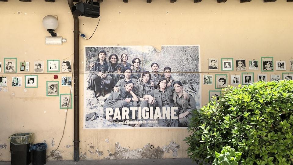 Une affiche montre des femmes en habits de partisans, prêtes pour la lutte pour leurs droits.