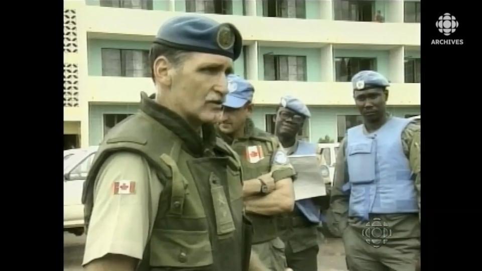 Roméo Dallaire entouré de Casques bleus au Rwanda.