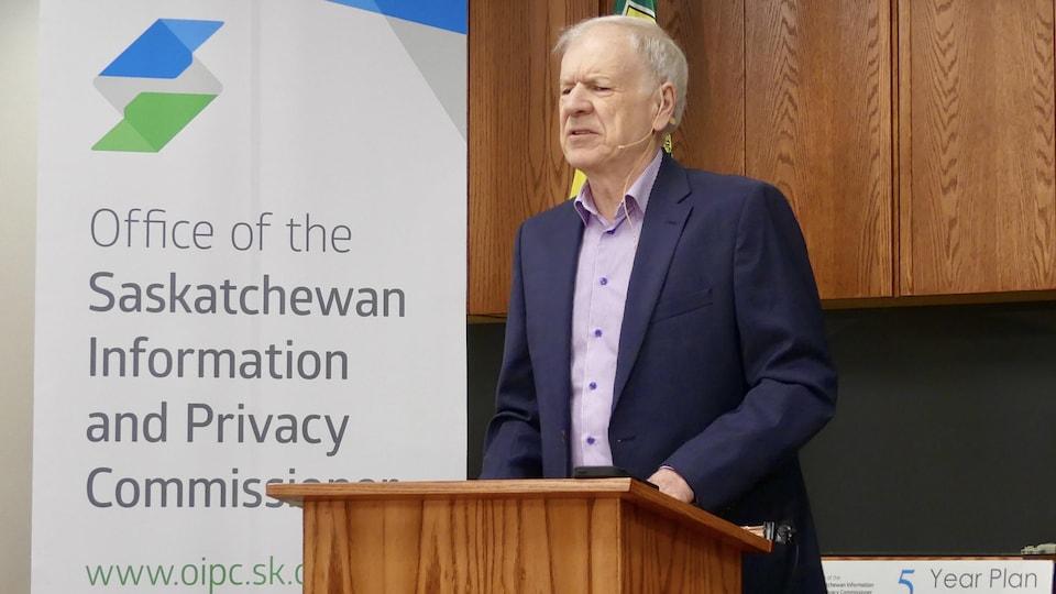 Le commissaire à l'information et à la vie privée de la Saskatchewan, Ron Kruzeniski, qui s'adresse aux journalistes.