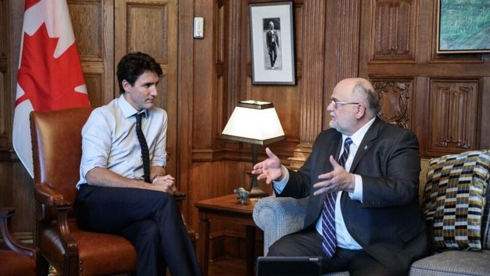 Justin Trudeau et Ron Mckinnon sont assis dans le bureau du Premier ministre