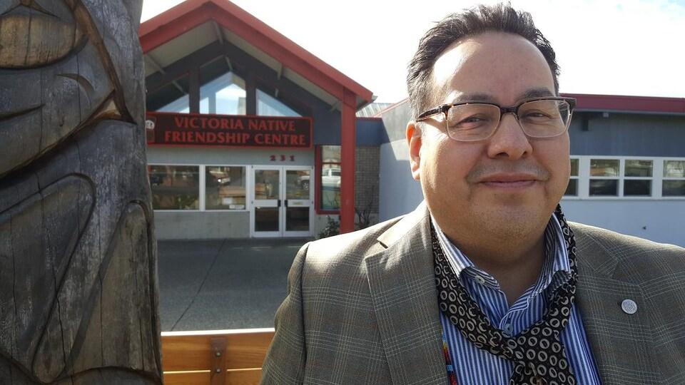Ron Rice devant le centre d'amitié autochtone de Victoria.