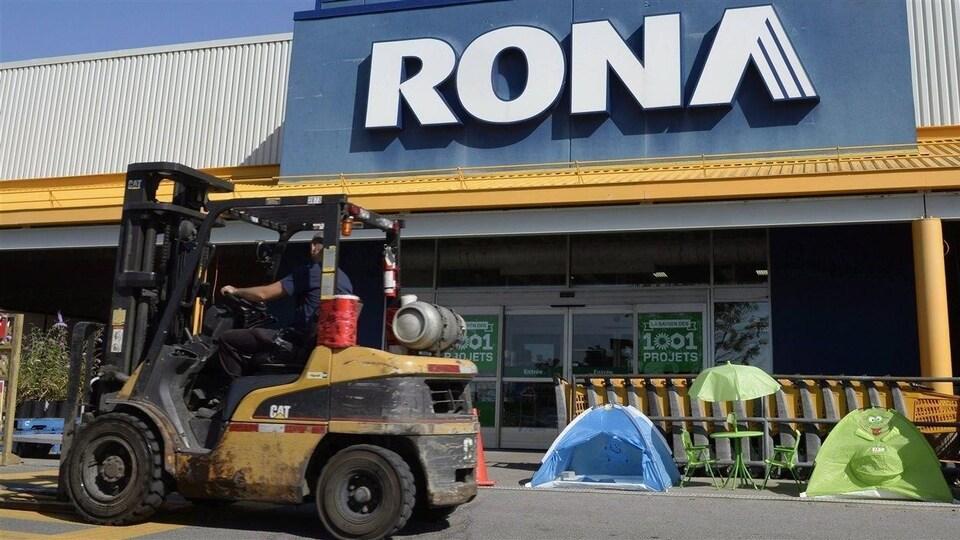 Un employé à l'extérieur d'un Rona à Saint-Eustache.
