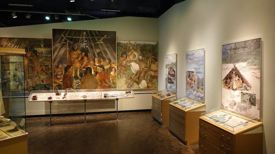 Des panneaux et des vitrines de l'exposition.