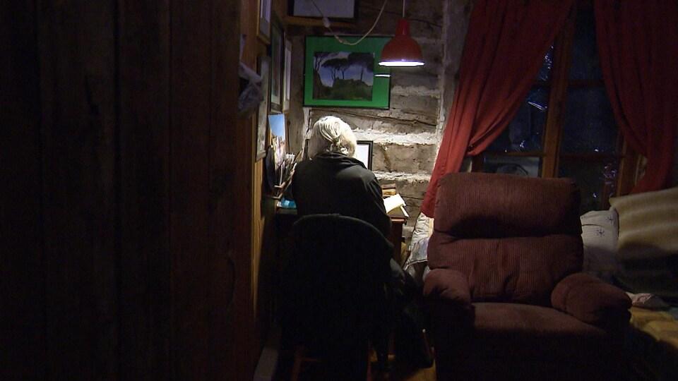 Rose-Marie Gallagher assise à son bureau.