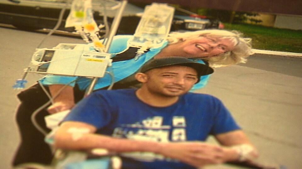 Rose-Marie Gallagher pousse le fauteuil roulant de Daniel Bouchard Gallagher.