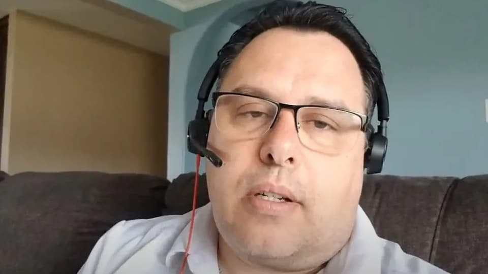 James Rossignol interviewé par vidéoconférence.