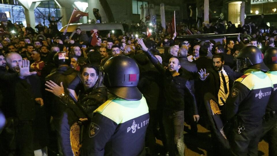 Des manifestants sont déplacés par les forces policières devant le consulat turc à Rotterdam.